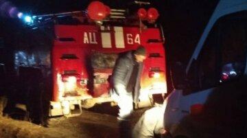 Під Харковом швидка застрягла в багнюці і не змогла зрушити з місця, фото НП: терміново злетілися рятувальники