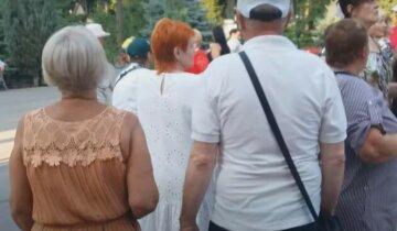 Полиция накрыла тканью и уехала: в Харькове посреди улицы лежит тело человека