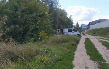 Нахабний водій вивіз будівельне сміття до річки, фото: як покарають чоловіка