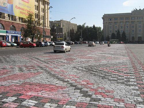 Площадь перед ХОГА разрисовывают вышиванкой: на что придется смотреть Кучеру, фото