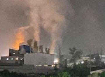 Мощный пожар разгорелся на фабрике под Киевом: верхние этажи здания оказались в огне