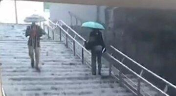 """""""Переход просто устал и заплакал"""": сильный дождь затопил одну из станций киевского метро, видео"""