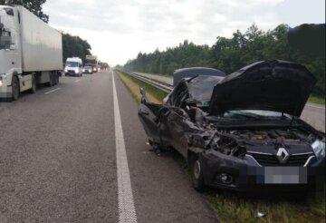 Авто влетело в грузовик и превратилось в груду металла на киевской трассе: появились детали и кадры