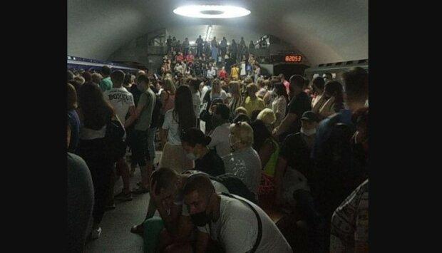 ЧП в харьковском метро: началась паника и давка, поезда экстренно остановили