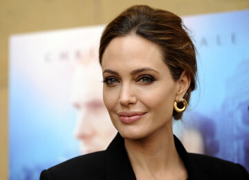 """Джоли поразила скандальным образом в новой фотосессии: """"из одежды только фата"""""""