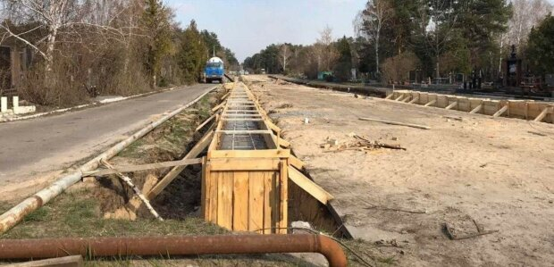 У Києві на місці алеї розкопали місця для жертв епідемії, фото: «Підготовка до найгіршого сценарію»