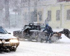 зима, снег, машина застряла толкают