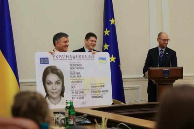 Новые паспорта готовы оформлять только в половине отделений миграционной службы — Аваков