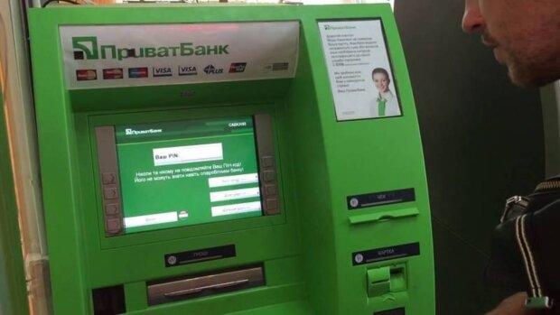 """Банкомати ПриватБанку не видають гроші і відбирають карти: """"чекайте три доби"""""""