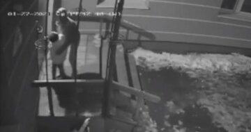 """""""Напала зі спини"""": нахабна злодійка ледь не задушила дитину за 70 гривень у Рівному, відео"""