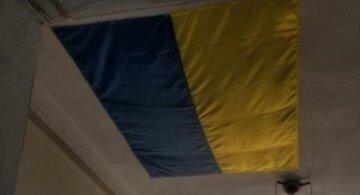 Дірку в стелі адміністрації закрили прапором України: «так і живемо»