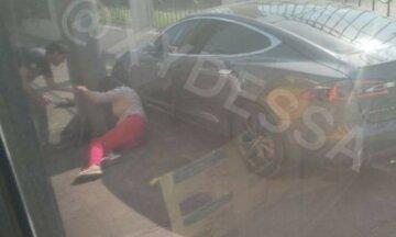 Йшла по тротуару: Tesla знесла жінку на своєму шляху в Одесі, фото