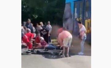 Маршрутчик высадил одесситку прямо под колеса трамвая: кадры происходящего