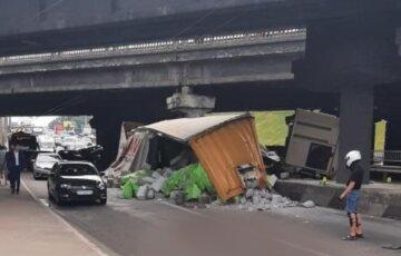 Фура впала з моста і зачепила кілька авто в Києві: кадри з місця ДТП