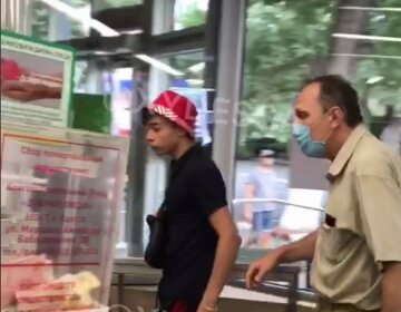"""Агрессивный подросток напал на охранника в одесском супермаркете, видео:"""" Пошел вон, быдло"""""""