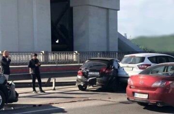 Водитель легковушки наплевал на дистанцию и устроил тройное ДТП: кадры аварии в Киеве