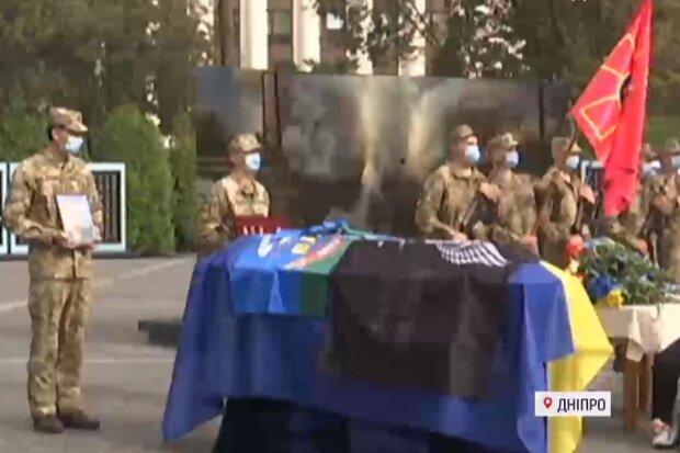 Днепр со слезами на глазах провел в последний путь павшего на Донбассе героя, кадры