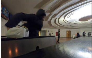 """У столичному метро знайшли управу на безбілетників, фото: """"У людський зріст"""""""