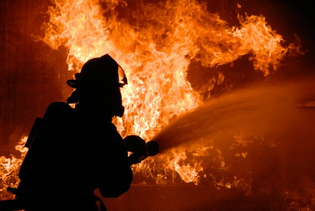 У столичному аеропорту виникла масштабна пожежа: всі подробиці і відео трагедії