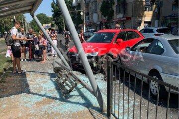 В Одессе авто влетело в остановку с людьми: первые кадры с места масштабной аварии