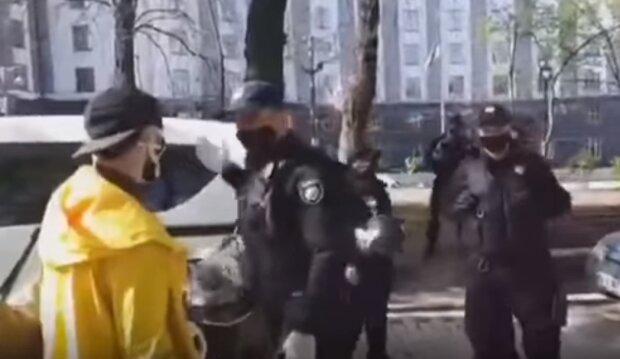 """Поліція напала на журналістів під Кабміном, з'явилося відео: """"Або прибираєш, або я зламаю"""""""