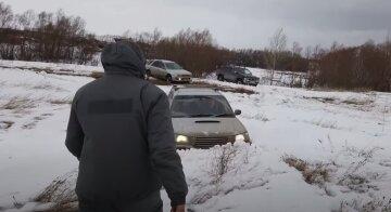 Водій показав, як за допомогою підручних засобів витягнути авто зі снігу та бруду: відео лайфхаку