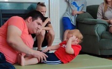 """Двухлетний киевлянин стал рекордсменом, поразив своей силой, видео: """"А вам слабо?"""""""