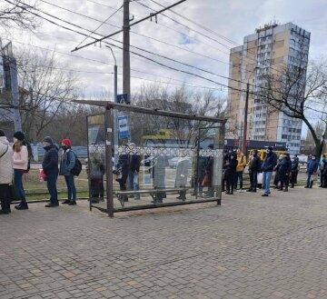Локдаун в Одесі: жителів змусили вишикуватися у величезні черги на зупинках, кадри