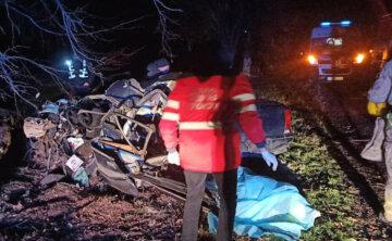Машина всмятку, тело вырезали спасатели: подробности и кадры рокового ДТП под Днепром