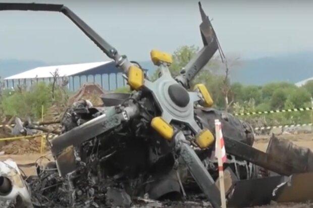 """Вертолет потерял управление и рухнул на землю, много жертв: """"прямо перед падением..."""", кадры с места крушения"""