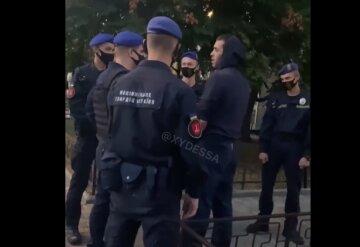 """""""За ніж я тобі зараз вріжу"""": в Одесі чоловік роздягнувся перед нацвардійцями, відео"""