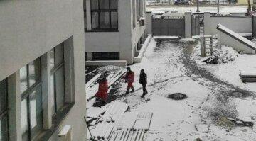 """В Киеве 13-летняя девочка упала с балкона 14-го этажа, в полиции раскрыли детали: """"Это было..."""""""