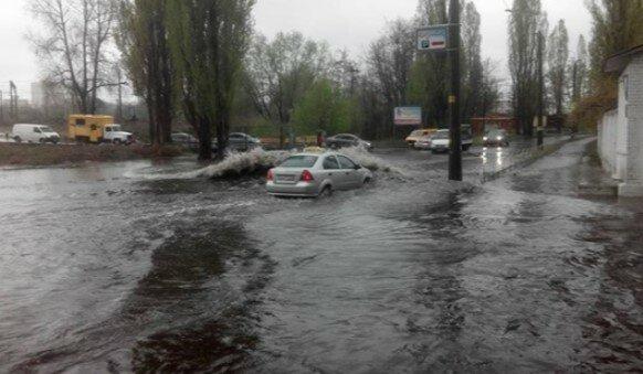 Негода обрушилася на Київ, місто йде під воду: кадри стихії