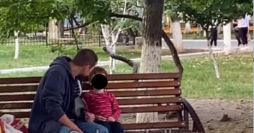 Вдома буде ще гірше: в Одесі батько бив дитину на вулиці, кадри