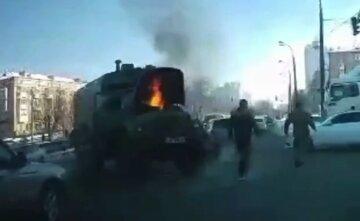 У Києві прямо посеред дороги загорілася машина з військовими: відео з місця НП