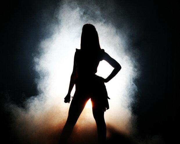 силуэт женщины в тени
