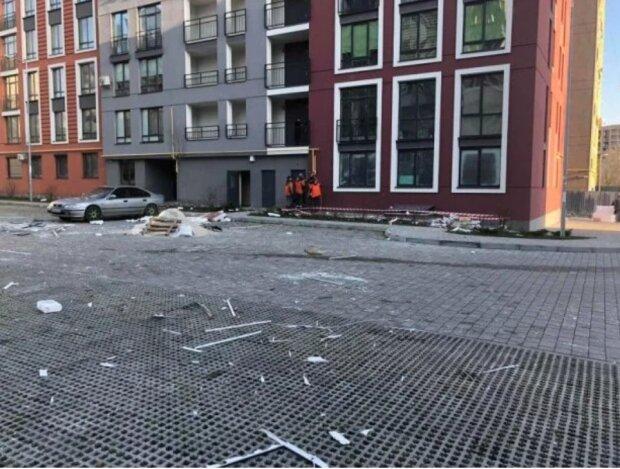 Мощный взрыв прогремел во Львовской многоэтажке, съехались спасатели: кадры с места ЧП