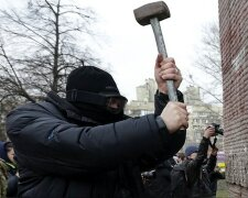 Anti-Yanukovich protesters attempt to demolish the «Monument to Soviet secret security service