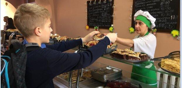 """Школьное питание перевернут с ног на голову в Одессе: """"никаких булочек и соков"""""""