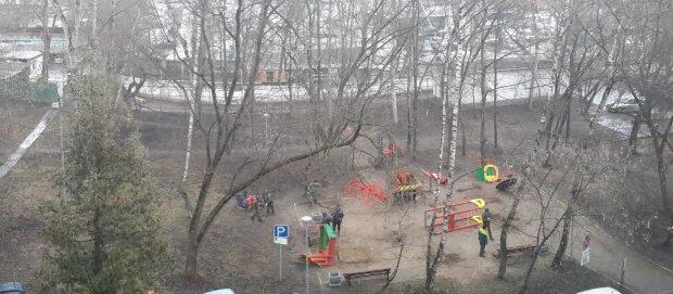 """Маленьких харків'ян чекають небезпечні """"подарунки"""" на дитячих майданчиках: резонансне відео"""