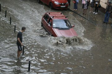 Улицы превратились в реки  в Каменском, кадры потопа: «Машин нет, одни корабли»