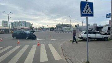 """В Харькове автомобиль """"отлетел"""" на тротуар, есть пострадавшие: детали и кадры аварии"""