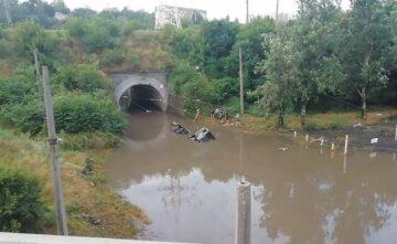 """Наслідки зливи в Одесі показали на відео: """"Перекинулася і потонула вантажівка"""""""