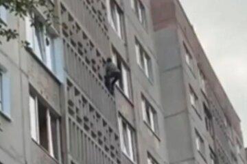 Мужчина залез на шестой этаж и прошмыгнул в окно: кадры с украинским человеком-пауком