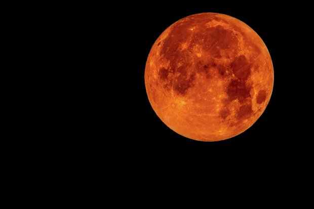 Ученые показали новые фото с обратной стороны Луны: «Видно все»