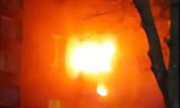 У Києві загорілася багатоповерхівка: серйозна пожежа охопила відразу кілька балконів, фото
