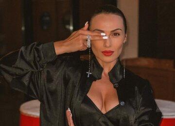 """Экс-Nikita Кумейко в черном мини-платье сверкнула ножками с пикантного ракурса: """"Огонь"""""""