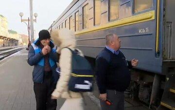 Укрзалізниця, пасажирські вагони, вокзал, провідник, скрін