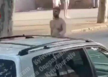 """У Києві чоловік роздягнувся і ходив по дорозі, кадри: """"Довго цю нахабність терпіти не довелося..."""""""