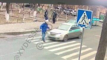 "В Одессе таксист снес пенсионера на ""зебре"" и стал снимать наклейки на авто: момент аварии попал на видео"
